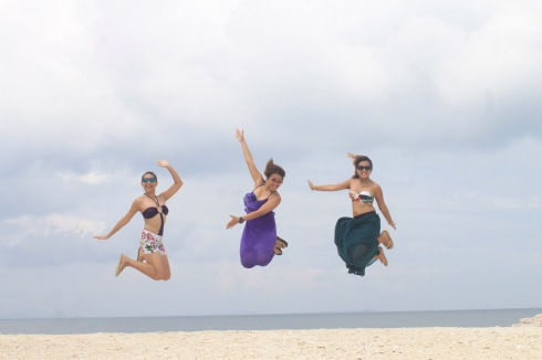 The soft, white sand inspired this jump shot. (c) IG: Bakemason